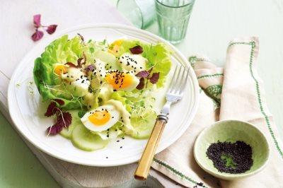 Зеленый салат с яйцами и сыром - летний рецепт с фото