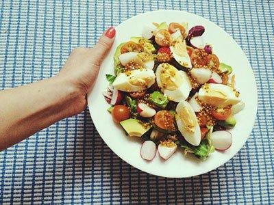 Диетический рецепт салат с авокадо и редисом готов