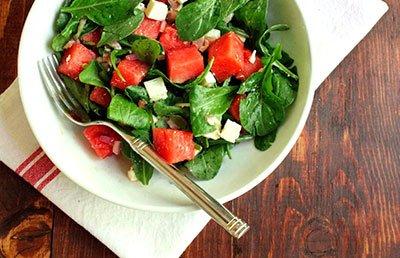 Диетический салат с рукколой и арбузом готов