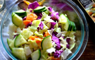 Диетический салат с курицей и красной капустой