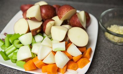 Нарезаем овоща для рагу