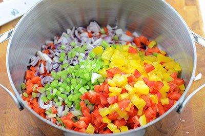 Овощи нарезаем и заливаем водой