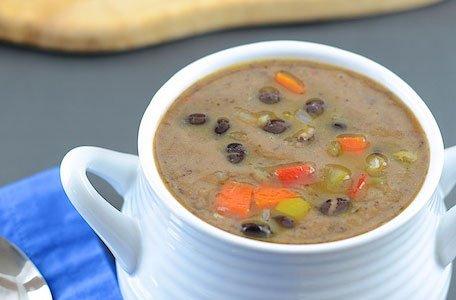 Вегетарианский суп из консервированной фасоли готов