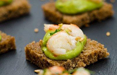 Мини-тосты с авокадо и креветками готовы