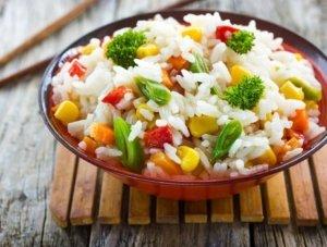 Рис с овощами в тарелке