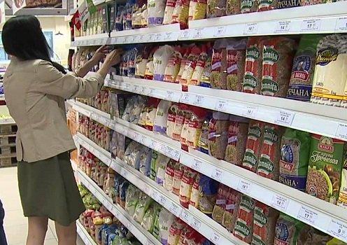 Девушка выбирает крупы в магазине