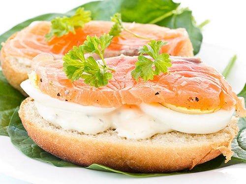 Бутерброд с копченым лососем