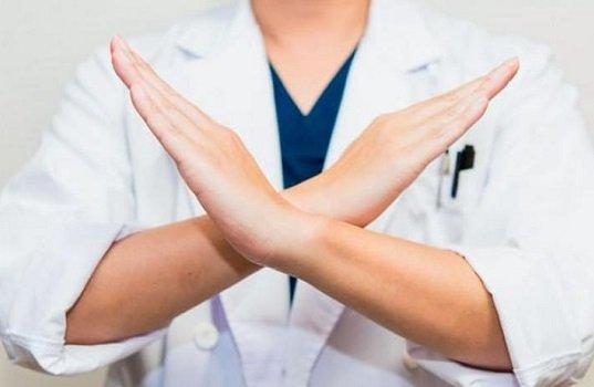 Врач с запрещающим жестом рук