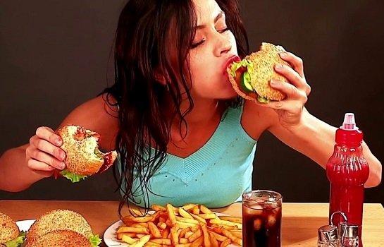 Девушка ест бургеры