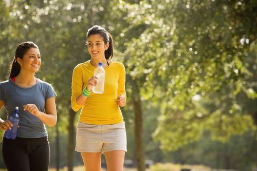 Две девушки на прогулке