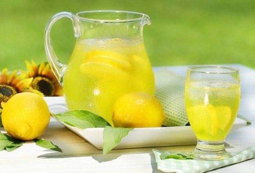 Кувшин с водой и дольками лимона
