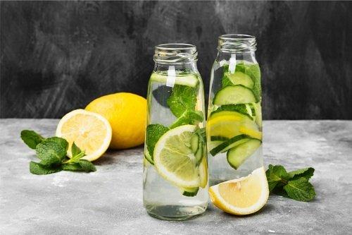 Бутылки с дольками лимона и водой