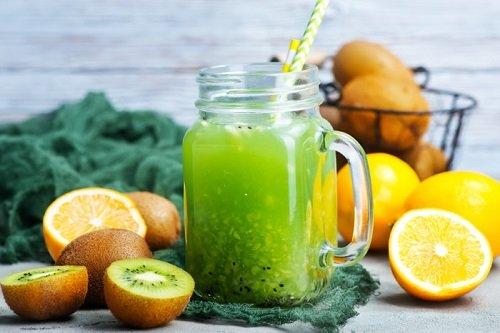 Киви, лимоны, кувшин с напитком