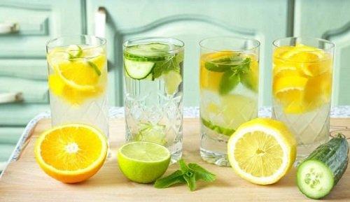 Вода с лимонными дольками